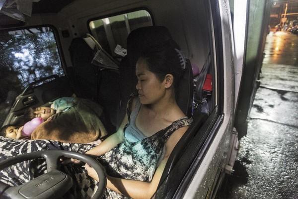 深夜10點收攤後,母子3人擠在車廂裡睡覺,無法躺平,但可省下旅館住宿費。