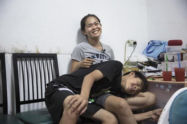 12歲的大兒子瑋瑋患有嚴重唇顎裂,從小開刀矯正、整容都很勇敢,跟媽媽感情很融洽。