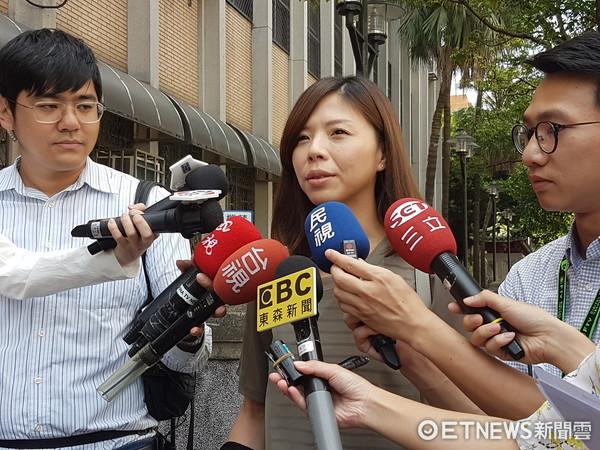 洪仲丘的姐姐洪慈庸抵達高等法院旁聽更一審宣判。(圖/記者楊佩琪攝)
