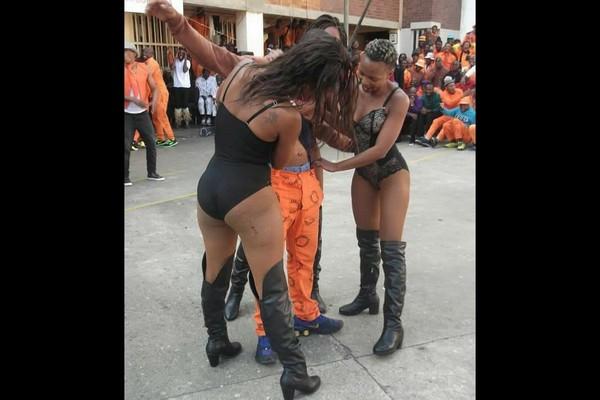 ▲▼監獄囚犯和舞者開心互動。(圖/翻攝自推特lizTandwa)