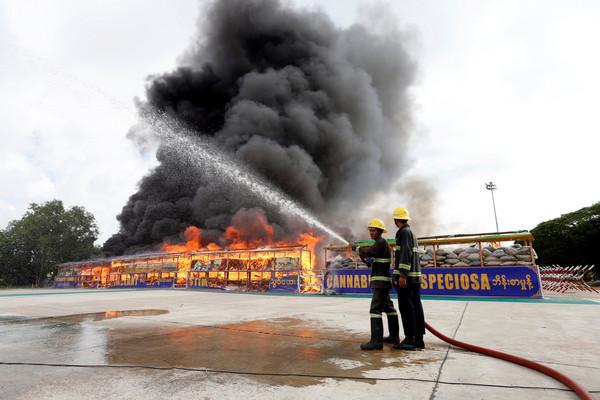▲▼緬甸、泰國、柬埔寨在26日世界反毒日燒毀總價值10億美元(約新台幣300億元)的毒品。(圖/路透社)