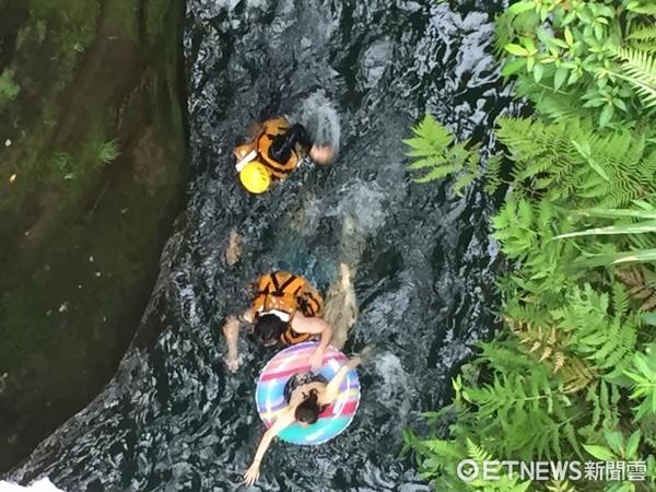 ▲男女到新北市石碇蚯蚓坑戲水,卻遇到急流差點游不回來。(圖/記者林煒傑翻攝)