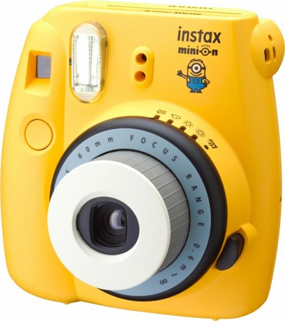 根本就小小兵!富士聯名款Instax Mini 8拍立得登場。(圖/翻攝自官網)