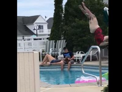 情侶泳池邊躺腿放閃,肥宅爆怒從天而降…結果悲劇了