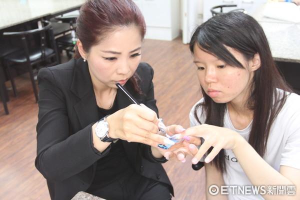▲中華醫大妝管系將「手部凝膠指甲彩繪」課程導入勞動部iCAP職能認證,成為全國第一個把指甲彩繪課程導入職能認證的校系。(圖/警方提供)