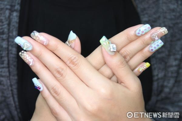 ▲.學生展現凝膠指甲彩繪課程學習成果。(圖/警方提供)