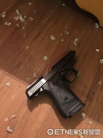 ▲警匪共駁火12槍,最後順利將犯嫌壓制帶回。(圖/記者林煒傑翻攝)