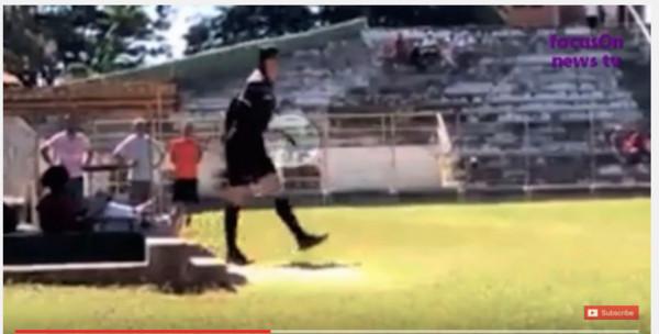 ▲巴西裁判帶槍執法。(圖/翻攝自YouTube)