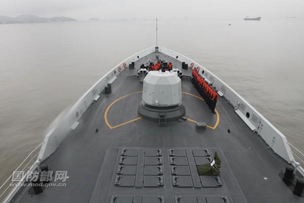 解放軍海軍054A型導彈護衛艦「湘潭艦」、「濱州艦」等兵力組成的湘潭艦編隊,在東海某海域開展實際使用武器訓練。中國國防部官網首次曝光054A艦垂直發射魚-8反潛導彈畫面。(圖/翻攝自中國國防部網)