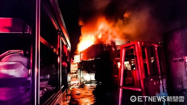 ▲彰化埔鹽工廠200坪成火海 消防員冒險進入救出受困女。(圖/記者謝侑霖翻攝)