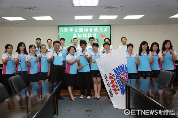 ▲106年全國議會議長盃桌球錦標賽7月3日起於新北市舉行,台南市議會特地為代表隊舉行授旗儀式。(圖/市議會提供)