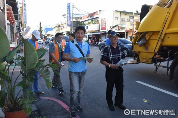 台東縣7月1日起正式實施使用透明垃圾袋,張國洲市長前往市區主要道路關心民眾丟棄垃圾的狀況。(圖/台東市公所提供)