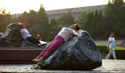 大媽躺石熱療 燙出肚皮冒水泡