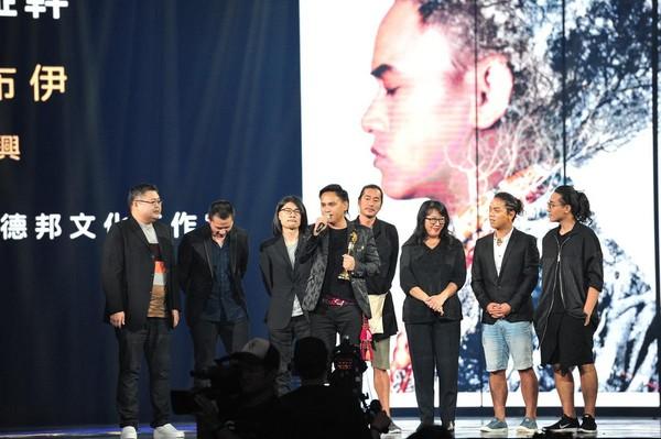 最佳年度專輯得獎者桑布伊雖是一個團隊上台領獎,致詞卻簡單不拖時間。(台視提供)