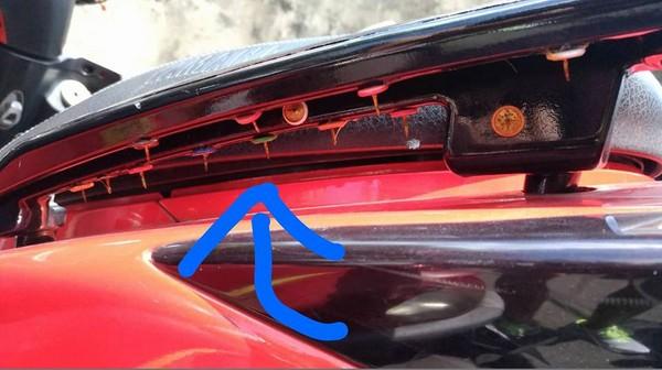 ▲板橋車站一輛機車藏暗器,讓一位阿伯滿手是血。(圖/翻攝自台灣新聞記者聯盟訊資訊平台)