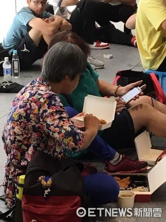 ▲LV X SUPREME台灣未宣布開賣,先有50多人來排隊。(圖/讀者提供)