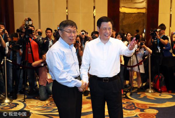 2017年7月1日,上海市長應勇(右)在浦東香格里拉酒店會見了前來參加「2017上海台北城市論壇」(雙城論壇)的台北市長柯文哲(圖/視覺中國CFP)