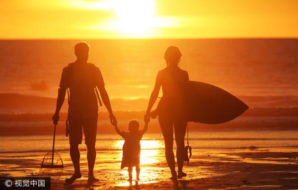 ▲家庭,夕陽,海邊,親子。(圖/視覺中國CFP)