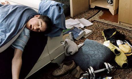 打手槍也不擦!他在床頭養出「精糊蟑螂窩」 最後被爸媽滅親了。(圖/網路示意照)