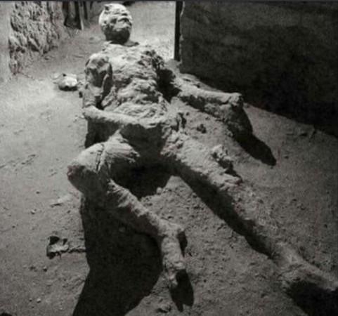 ▲龐貝城男子遺骸呈自慰姿勢。(圖/翻攝自Reddit)