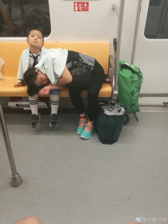 ▲▼南京地鐵小暖男。(圖/取自「少游1314」微博)
