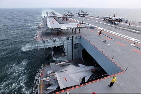 中國軍網英文版釋出多組遼寧艦演練高清細節圖,多架殲-15艦載機掛彈排隊起飛,並罕見展示升降機細節。(圖/翻攝自中國軍網)