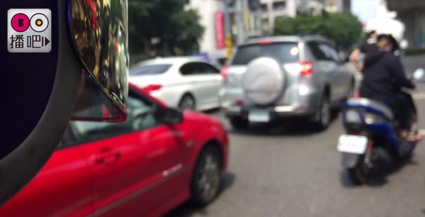 ▲▼馬路3大亂象累趴開車上班族 美腿太多也是精神轟炸啊。(圖/播吧)