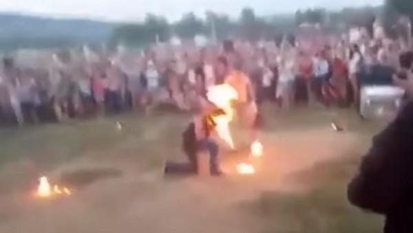 ▲▼俄男表演「噴火」失誤,頭部嚴重燒傷。(圖/翻攝自「Ivan Zalogin」YouTube)