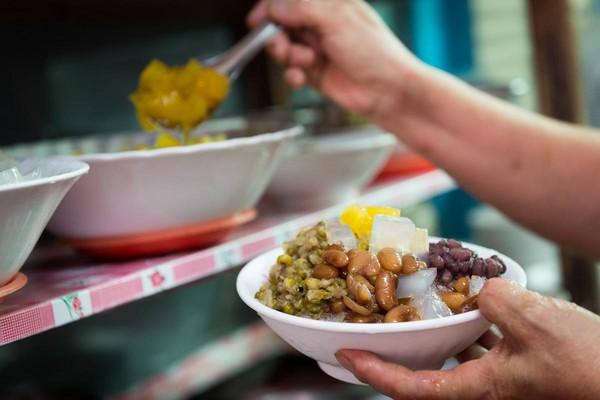 堅持不用醃製蜜餞,而是加入現熬豆類,以糖漬鳯梨引出酸甜味的「四果冰」很天然。(35元/碗)
