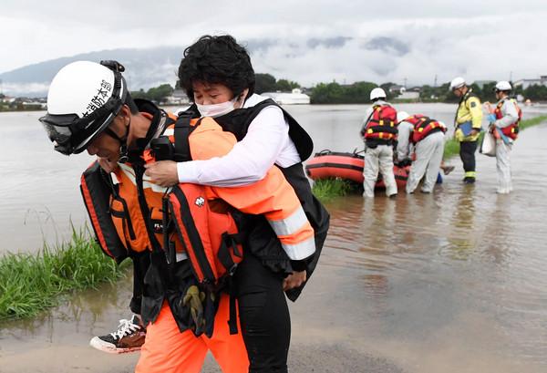 ▲▼日本九州豪雨成災,警察、消防員與日本自衛隊的軍人共動員約7500人,協助撤離與尋找失蹤人士。(圖/路透社)