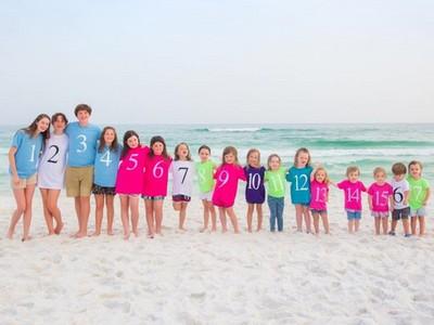 一張17個小孩的快樂大合照 真相是為了悼念喪父之痛