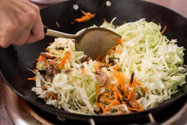 第2步加入高麗菜絲與胡蘿蔔絲,增添蔬菜的甜度。