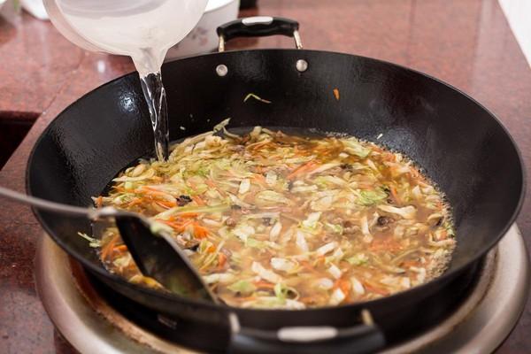 待配料炒熟後,加入大量高湯或清水,水量至少要蓋過配料,再放入醬油或鹽巴調味。