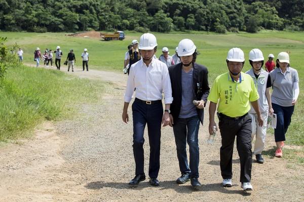 ▲林智堅市長視察青青草原景觀工程。(圖/新竹市政府提供)