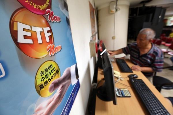 退休後,施昇輝靠買賣0050賺價差,養活一家7口,但隨著台股衝破萬點,他將大部分資金轉往高股息ETF(0056)領配息。
