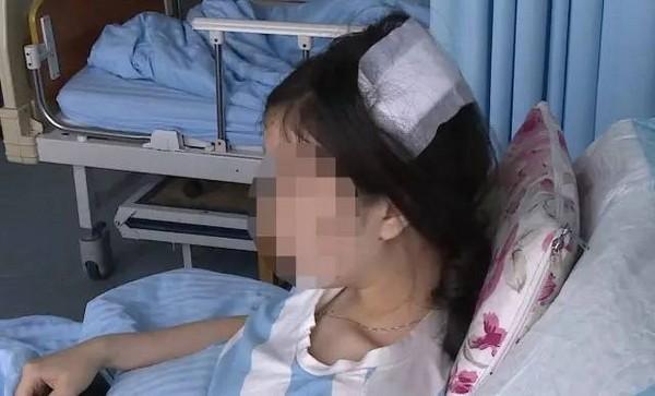 ▲武士刀從11樓直墜 砸中無辜女子。(圖/翻攝自騰訊新聞)