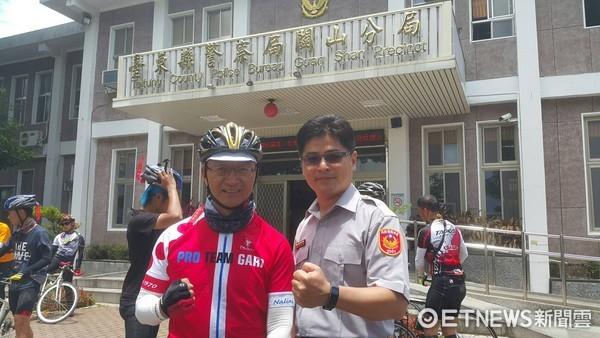 台南一中規畫9天的單車環島活動,在校長張添唐的帶領下,師生約40人至關山警察分局參訪。(圖/台東縣警察局提供)