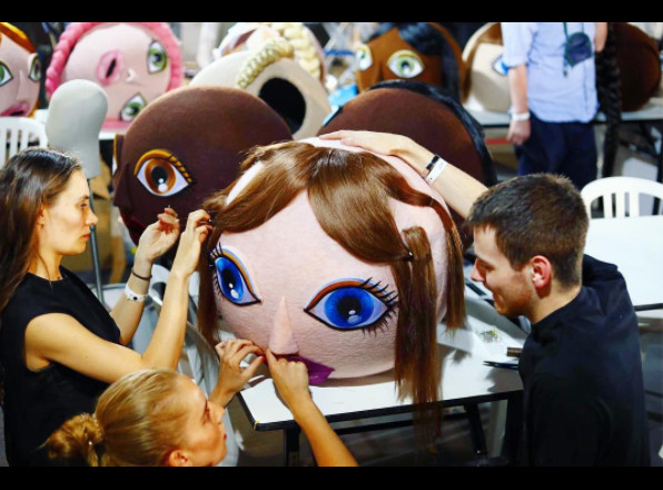 ▲高訂周/Viktor & Rolf浮誇大頭娃娃走秀(圖/翻攝自NOWFASHION IG)