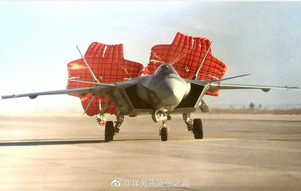 中國曝光殲-20降落時打開紅色減速傘美照,據了解其拍攝位置是目前所有公開的殲-20照中距離最近的。(圖/翻攝自大陸網站)
