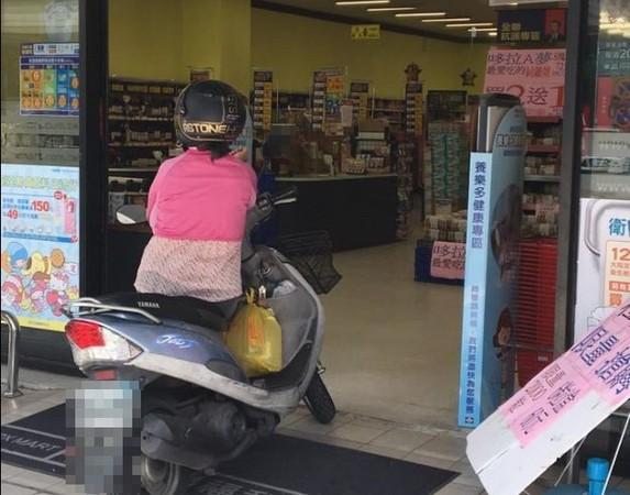 ▲地方媽媽躲太陽 機車卡門吹冷氣(圖/翻攝自台南諸事會社)