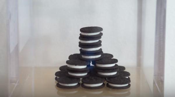 ▲▼一撥就開!用真空完美分離OREO 奶油被壓到像雪餅。(圖/翻攝The Action Lab的YouTube)