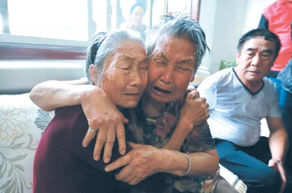 ▲▼6歲被拐當童養媳,8旬老婦終於回到老家,姊妹相擁而泣。(圖/翻攝自彭城晚報)