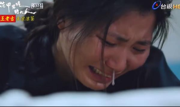 ▲劇中越南看護「阿春」送別阿嬤,哭到鼻涕都流出來了。(圖/翻攝自YouTube)