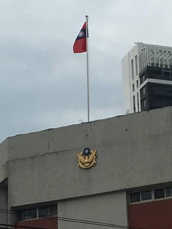 ▲板橋某警局被網友發現國旗倒掛 。(圖/翻攝自爆料公社)
