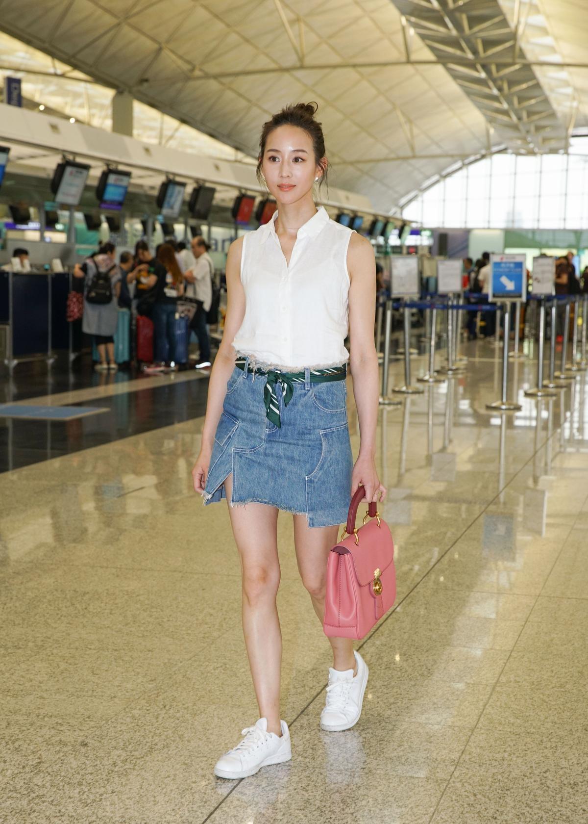 張鈞甯超輕便的機場穿搭look,牛仔裙搭配少女心的粉色The DK88,盡顯好氣色。