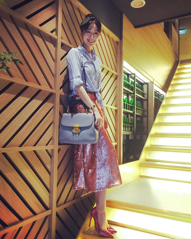 隋棠選擇與襯衫同色系的The DK88包款,搭配過膝長裙、高跟鞋,充滿氣質。