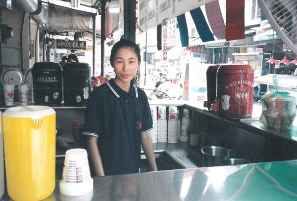 1987年趙福全在金華路巷內、自家中藥行門口擺起飲料小攤子做生意,圖為妻子李青育。(趙啟宏提供)