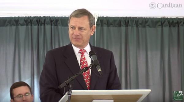 ▲▼ 美國首席大法官羅伯茲的演說感動上萬人。(圖/翻攝自Youtube)