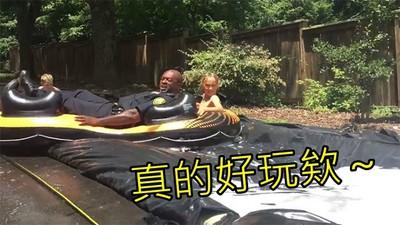 瘋玩滑水道被鄰居投訴,警察來了卻忍不住:「我也要玩」