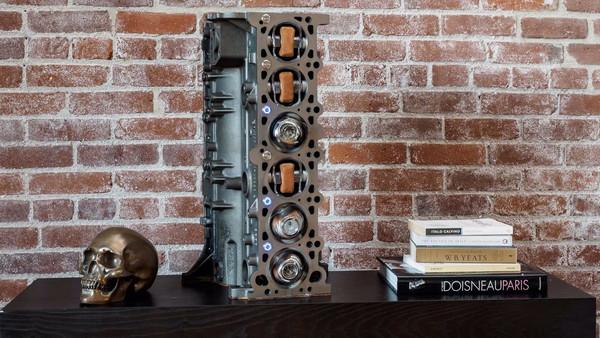有神人快拜!BMW引擎化身機械表自動上鍊機(圖/翻攝自Motor1)
